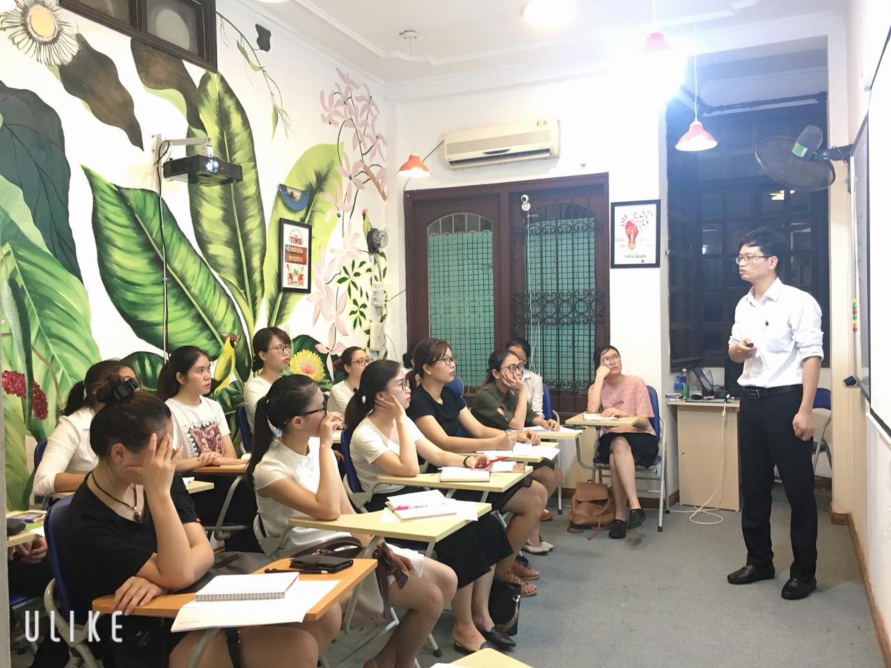Giảng viên tại VinaTrain hướng dẫn nghiệp vụ trong khóa học C&B (Nguồn: VinaTrain)