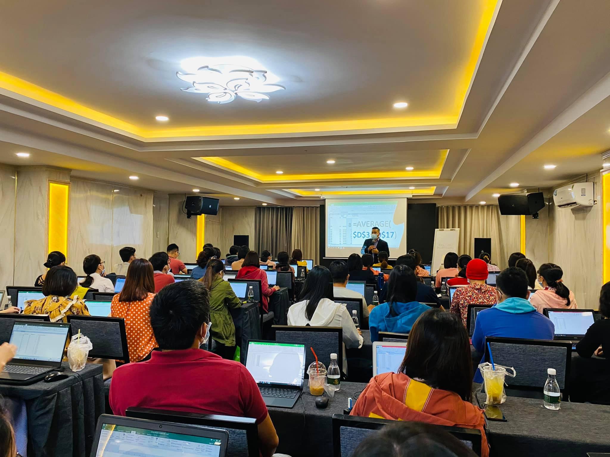 Chuyên gia Trần Tuấn trong buổi chia sẻ kiến thức về kế toán thuế tại Hồ Chi Minh